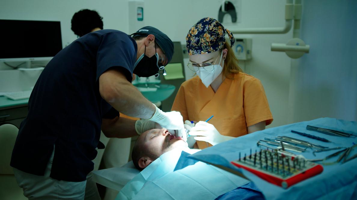 """Patient erhält Zahnimplantat unter Selbsthypnose: """"Es war leicht, den Schmerz abzuschalten"""""""